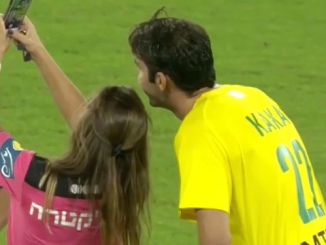 Hakem futbolcuyla selfie çekilmek için sarı kart gösterdi