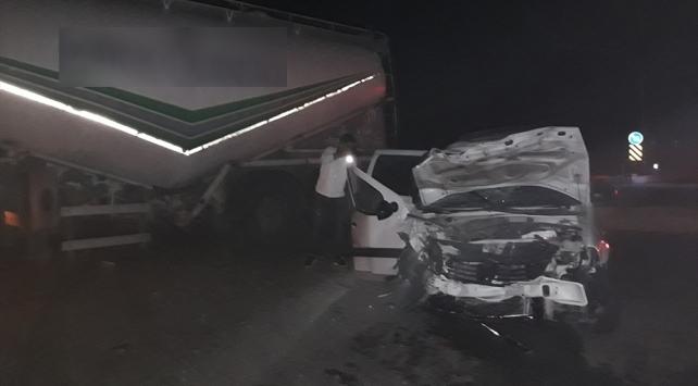 Adanada kamyonet ile beton mikseri çarpıştı: 4 yaralı