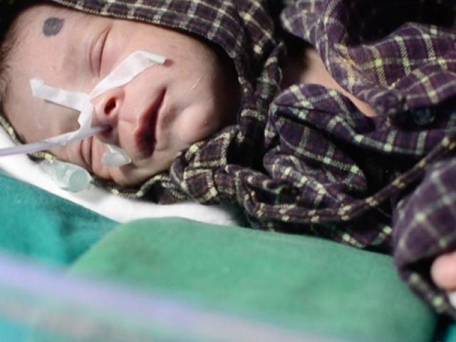 Hindistanda kız bebeği canlı canlı gömmek isteyen dedeye suçüstü