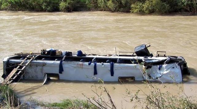Nepalde festivalden dönenleri taşıyan otobüs nehre düştü: 17 ölü