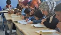 Anneler okulda çocuklarıyla kitap okuyor