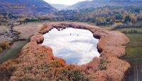 Sonbahar renkleri içerisinde doğa harikası Üçkaya Gölü