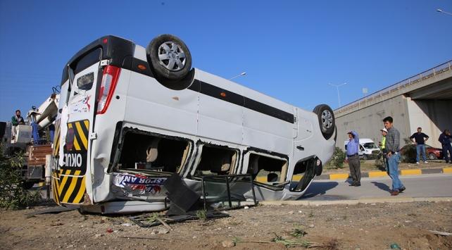 Hatayda öğrenci servisiyle otomobil çarpıştı