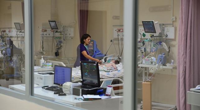 Bebeğin akciğerine kaçan badem acil operasyonla çıkarıldı