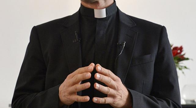 İtalyada rahip, küçük kızı tacizden tutuklandı