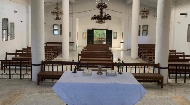 Teröristlerin zarar verdiği Ermeni kilisesini Mehmetçik onarıyor