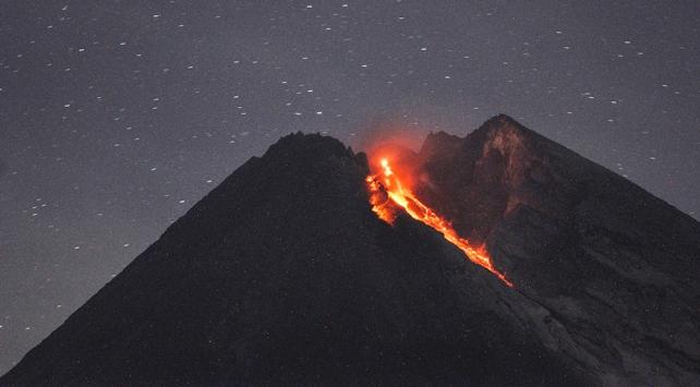 """Merapi Yanardağı patladı, halka """"yaklaşmayın"""" uyarısı yapıldı"""