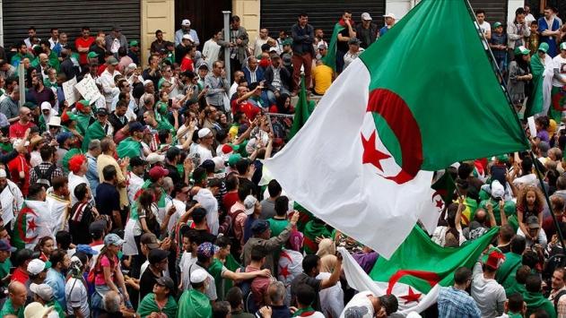 Cezayirde cumhurbaşkanlığı seçiminde yarışacak nihai isimler belli oldu