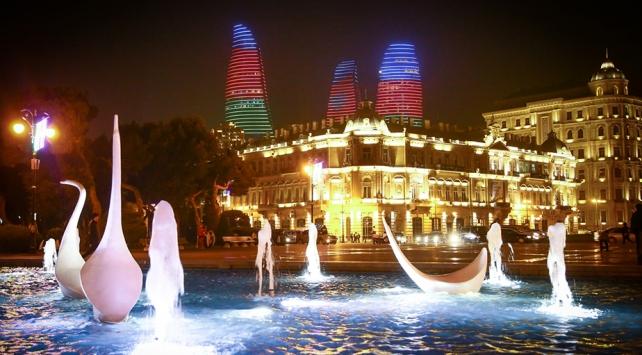 Bakünün ünlü yapıları Azerbaycan bayrağının renklerine büründü
