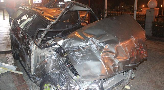 İstanbulda otomobil restoranın bahçesine girerek devrildi: 2 yaralı