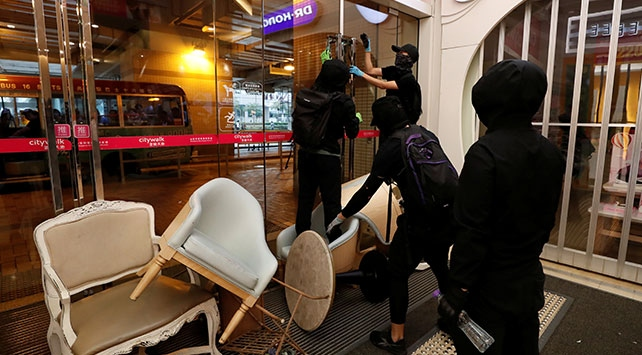 Hong Kongda protestocular metro istasyonu ve alışveriş merkezini bastı