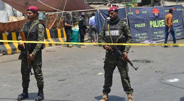 Pakistanda güvenlik görevlilerinin aracına saldırı: 5 ölü