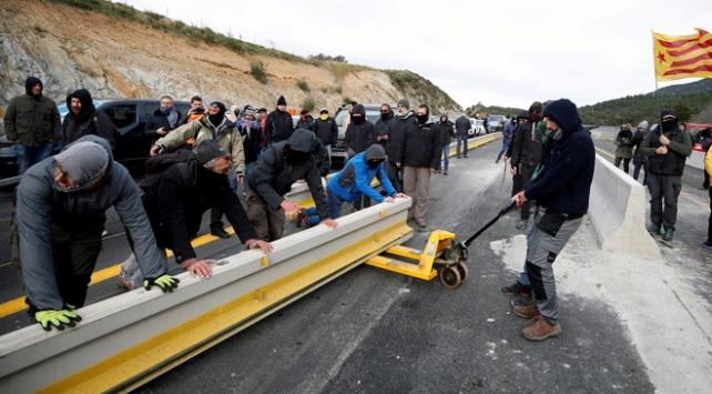 Ayrılıkçı Katalanlar İspanya-Fransa yolunu kesti