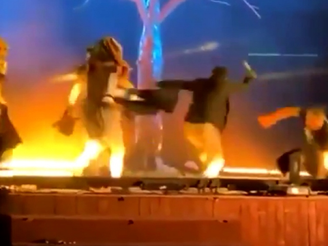 Suudi Arabistanda 4 sanatçı sahnede bıçakla yaralandı