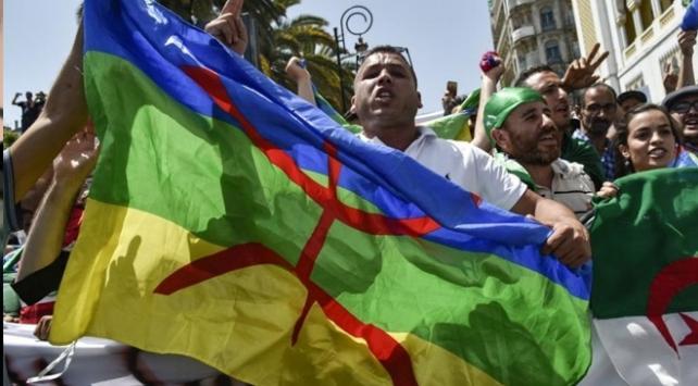 Cezayirde Amazig bayrağı açan göstericilere hapis cezası