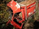 Bolu'da tomruk yüklü kamyon dere yatağına devrildi