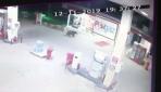 Akaryakıt istasyonuna giren ayı kamerada