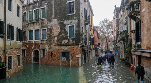 İtalyada olumsuz hava koşulları nedeniyle 3 kişi öldü