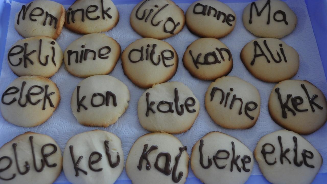 Öğrenciler kurabiye yiyerek okuma yazmayı öğreniyor