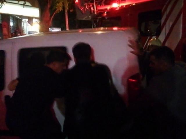 İtfaiyenin yolunu kapatan aracı mahalleli el birliğiyle kaldırdı