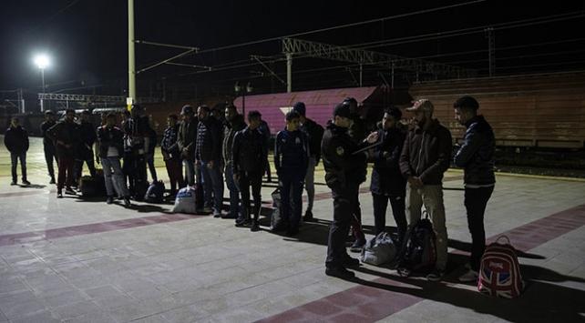 Düzensiz göçmenler tren istasyonunda yakalandı