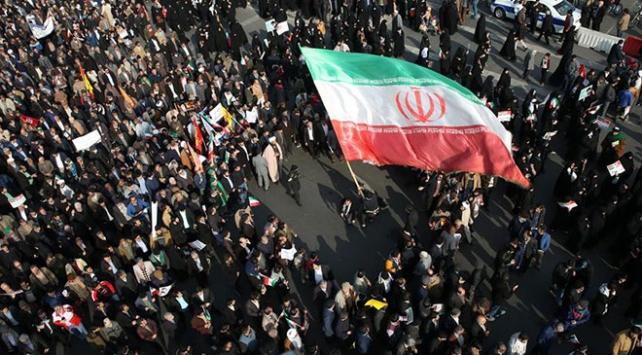 İranda benzin zammı protestoları alevleniyor