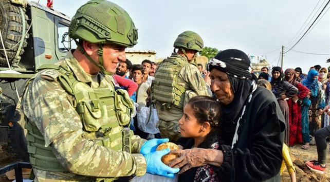 TSK, Suriyelilere yardım elini uzatmaya devam ediyor