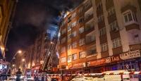 İstanbul'da 5 katlı binanın çatısında yangın