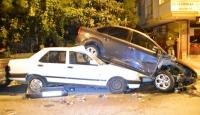 Polisten kaçan şüpheliler yol kenarındaki 6 araca çarptı