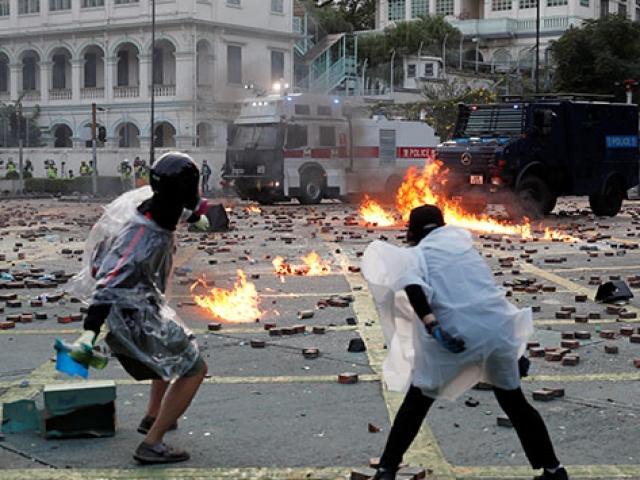 Hong Kong'da barışçıl protestoların şiddete dönüşmesi endişe yaratıyor