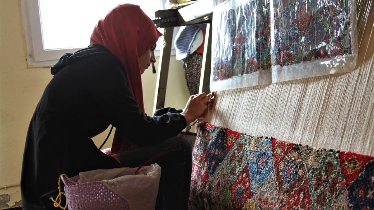 Vanda kadınlar yöresel halı dokumacılığını yaşatıyor