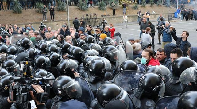 Gürcistanda güvenlik güçleri, parlamentoyu kuşatan protestoculara müdahale etti