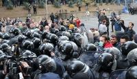 Gürcistan'da güvenlik güçleri, parlamentoyu kuşatan protestoculara müdahale etti