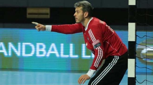Asker selamı veren AEK oyuncusu Özmusulun sözleşmesi feshedildi