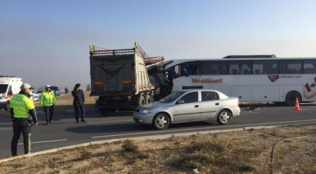 Yolcu otobüsüyle tır çarpıştı: 2 ölü, 20 yaralı