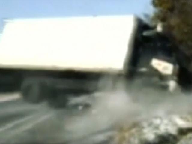 Devrilen kamyonun altında kalmaktan kıl payı kurtuldular