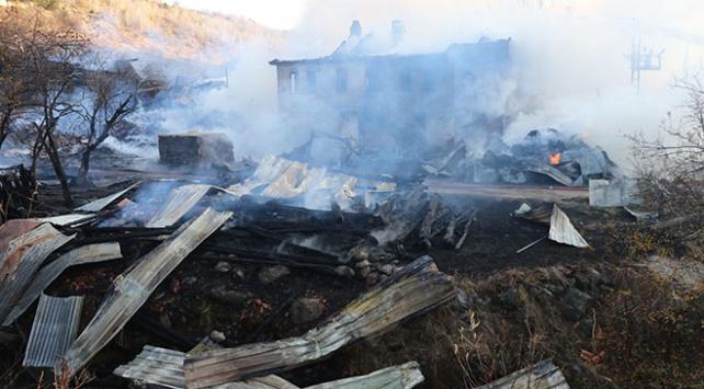 Elektrik panosunda çıkan yangın 4 ev, 6 samanlık ve ahırı kül etti