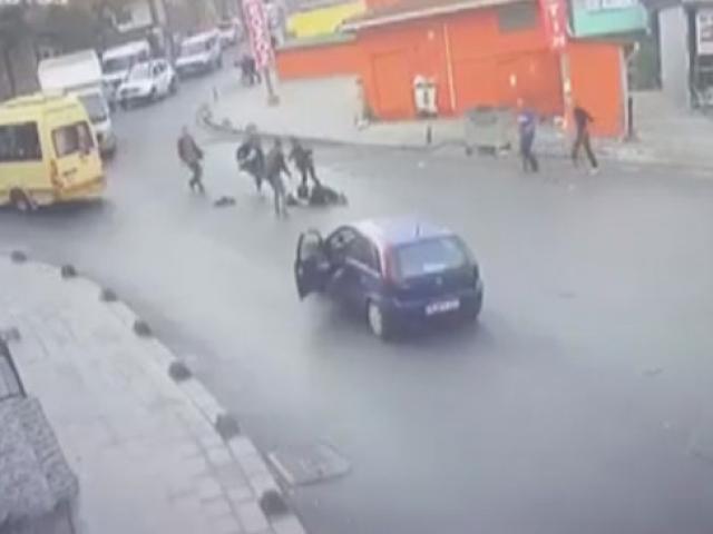 Küçükçekmece'de kapısı açık ilerleyen minibüsten düşen genç kız yaralandı