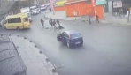 Küçükçekmecede kapısı açık ilerleyen minibüsten düşen genç kız yaralandı