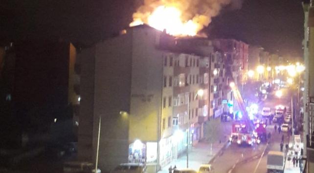 Karsta 4 katlı binada çatı yangını