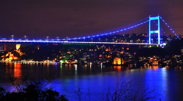 Galata Kulesi ve FSM Köprüsü maviye büründü