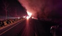 Denizli'de tekstil ürünleri taşıyan tırın dorsesi yandı