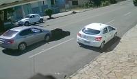 Kamyon yolu çökertti, arkadan gelen otomobil çukura düştü
