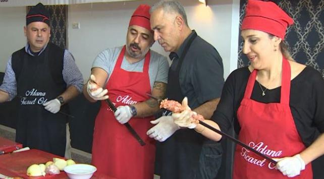 Adana kebabını yapmayı ustalarından öğrendiler