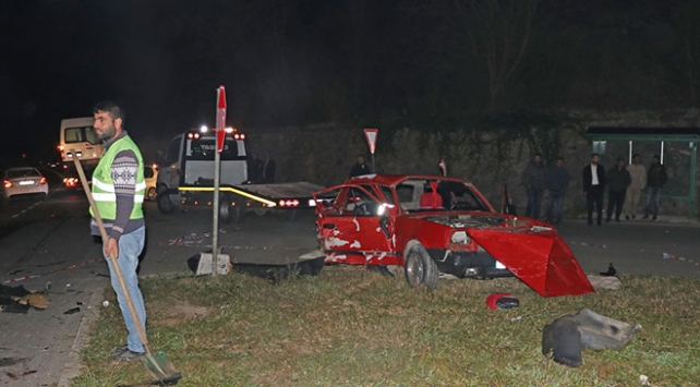 Sakaryada otomobille kamyonet çarpıştı: 2 ölü, 3 yaralı