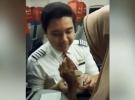 Kabin görevlisi yaşlı yolcunun yemeğini kendisi yedirdi