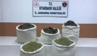 Diyarbakır'da saman çuvallarına gizlenmiş 129 kilogram esrar ele geçirildi