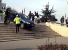 Yolu şaşıran sürücünün otomobili merdivende kaldı