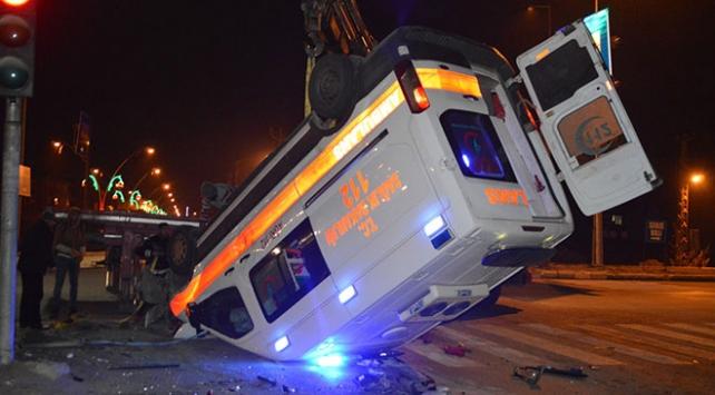 Ağrıda hasta taşıyan ambulansla otomobil çarpıştı: 1 ölü, 9 yaralı