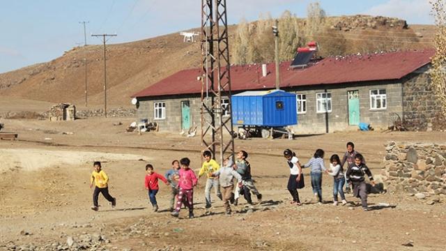 Kars'ta ilk defa drone gören çocukların mutluluğu